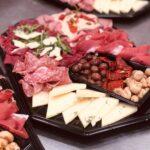 Forskellig skiveskåret italienske salami